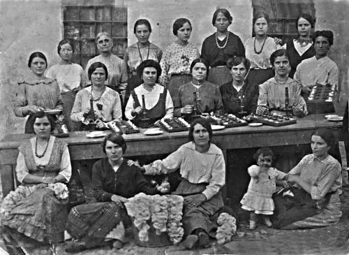 ... posa sul luogo di lavoro. Un gruppo di donne allinizio del Novecento
